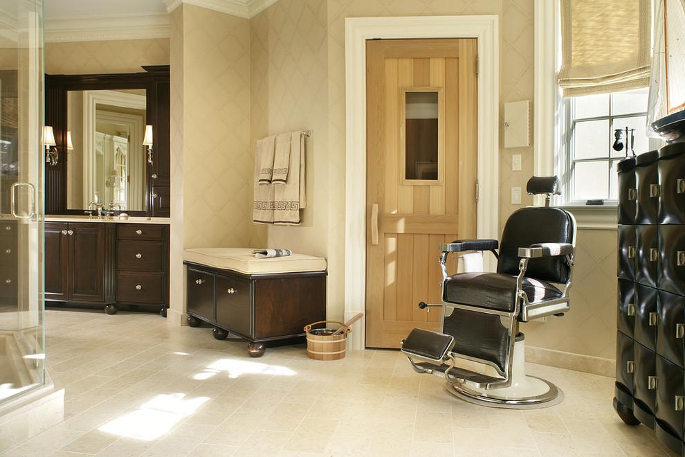 Diseño de cuarto de baño tradicional con armarios con paneles con relieve, puertas de armario de madera en tonos medios y baldosas y/o azulejos beige