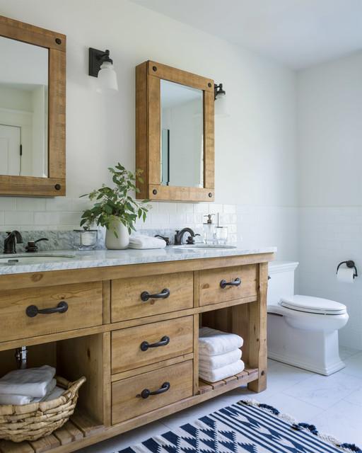 Idee per una stanza da bagno padronale country di medie dimensioni con ante in legno scuro, WC a due pezzi, piastrelle bianche, piastrelle diamantate, pareti bianche, pavimento in gres porcellanato, lavabo sottopiano, top in superficie solida, pavimento bianco, top bianco e consolle stile comò