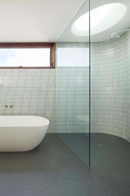 Foto de cuarto de baño contemporáneo con bañera exenta, ducha abierta y ducha abierta