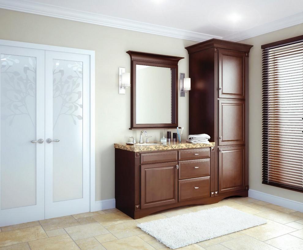 シカゴの中サイズのトランジショナルスタイルのおしゃれな浴室 (レイズドパネル扉のキャビネット、中間色木目調キャビネット、ベージュの壁、セラミックタイルの床、アンダーカウンター洗面器、御影石の洗面台、ベージュの床) の写真