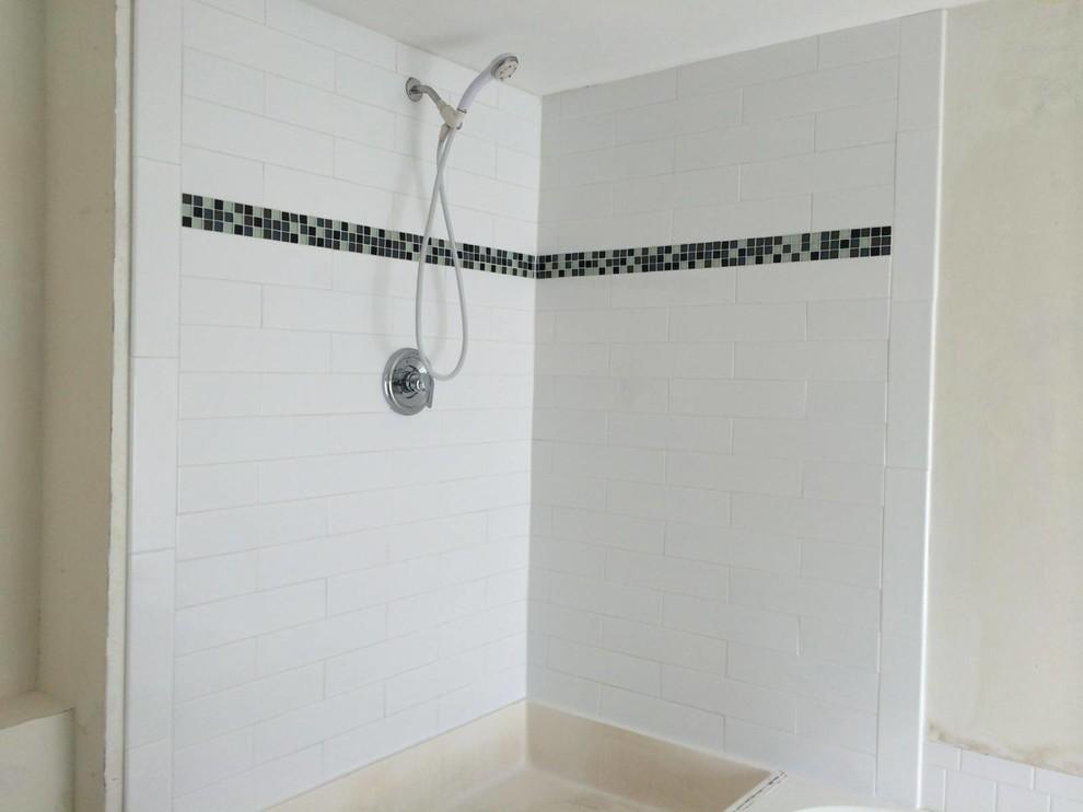 Ispirazione per un'ampia stanza da bagno padronale minimalista con top piastrellato, doccia ad angolo, piastrelle bianche e piastrelle in ceramica