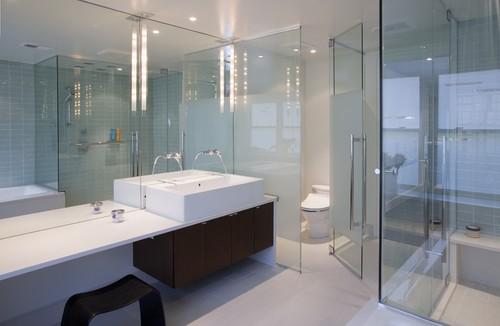 水回りをすべてガラスの壁にすることで、想像していた以上の広さを感じることができます。さらに洗面台の正面を鏡にすればより広さを体感できます。
