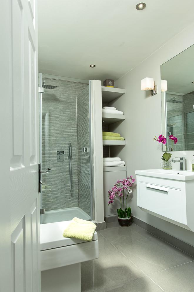 Ispirazione per una stanza da bagno con doccia chic con ante lisce, ante bianche, doccia ad angolo, piastrelle grigie, pareti grigie e lavabo a consolle