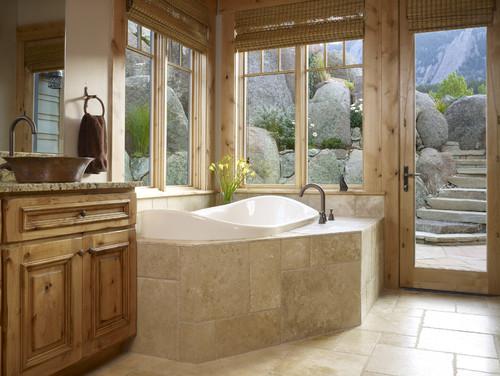 baño con muebles ventanas y puertas de madera con vista a las rocas