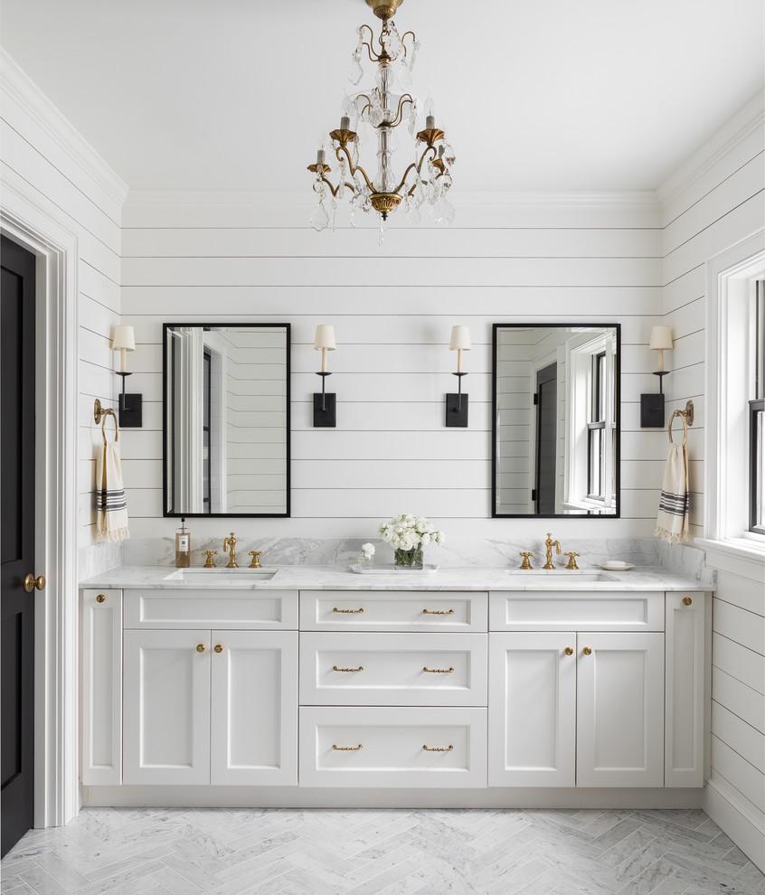 Ejemplo de cuarto de baño principal, de estilo de casa de campo, con armarios estilo shaker, puertas de armario blancas, paredes blancas, lavabo bajoencimera, suelo gris y encimeras grises