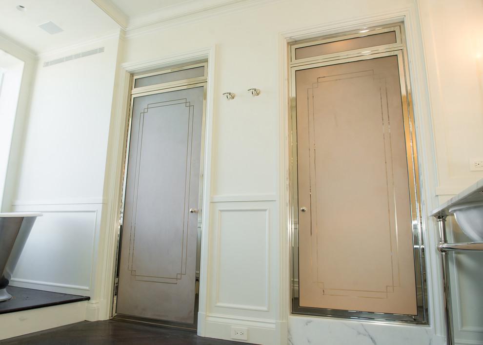 Foto di un'ampia stanza da bagno padronale vittoriana con vasca freestanding, doccia alcova, piastrelle bianche, piastrelle di marmo, pareti beige e parquet scuro