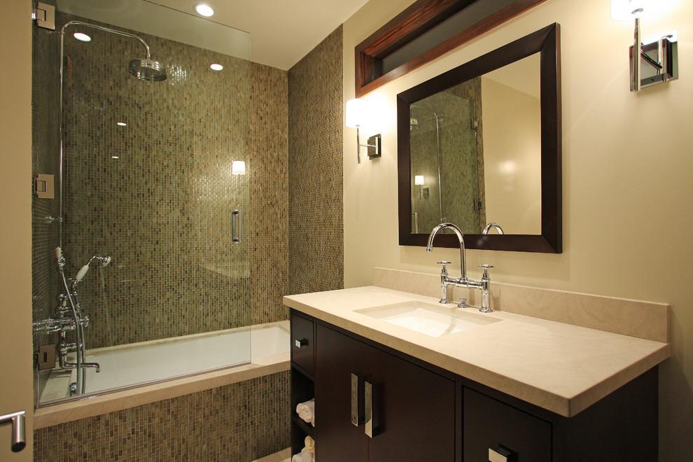 Foto di una stanza da bagno contemporanea con piastrelle a mosaico