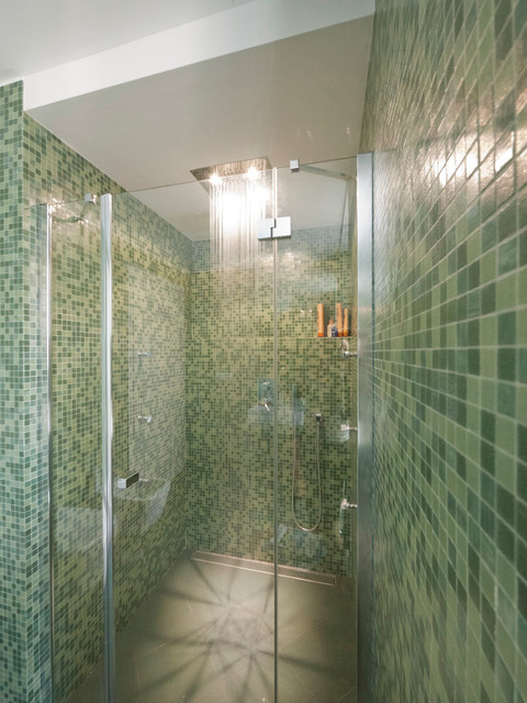 Green glass tiles modern bathroom moderno stanza da for Piccola fattoria moderna