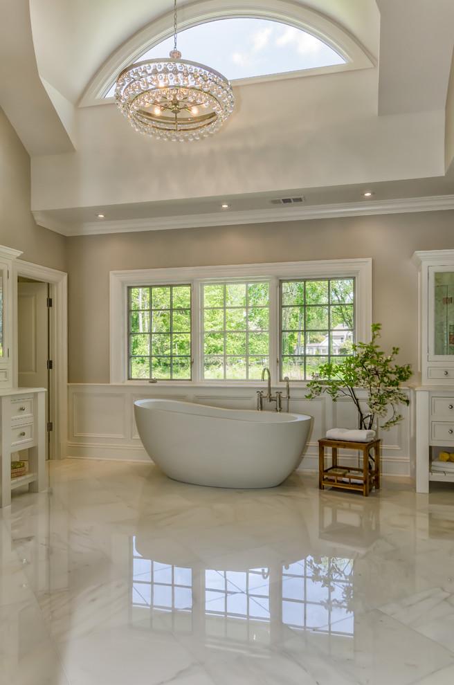 Foto di una stanza da bagno padronale tradizionale con ante con riquadro incassato, ante bianche, vasca freestanding, piastrelle bianche e pareti grigie