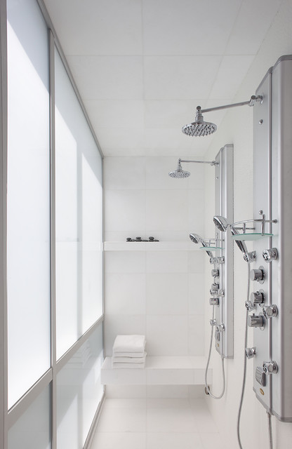 Example of a minimalist double shower design in San Francisco