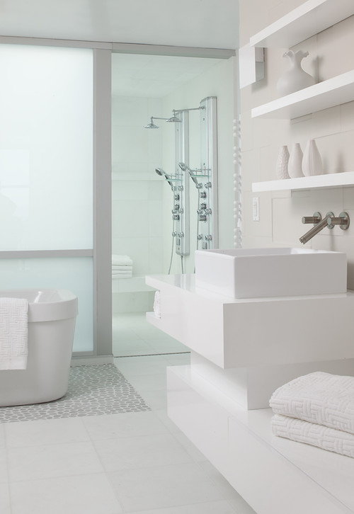 Finaste huset vita badrum - Simple and small bathroom with white interior design ideas ...