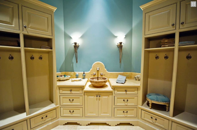 Inspiration for a mid-sized craftsman bathroom remodel in Dallas with beaded inset cabinets and quartzite countertops