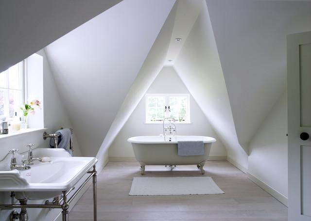 Badezimmer mit Dachschräge: 9 Tipps für Dusche & Badewanne