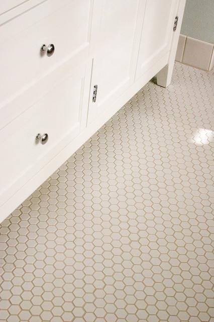 Idéer för mellanstora vintage badrum med dusch, med vita skåp, ett badkar med tassar, vit kakel, keramikplattor och klinkergolv i porslin