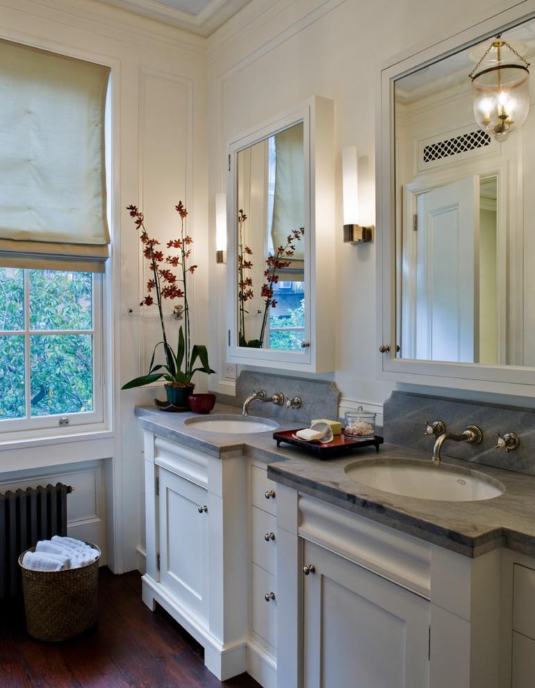 Foto di una grande stanza da bagno padronale tradizionale con ante bianche, pareti bianche, parquet scuro, top grigio, ante in stile shaker, lavabo sottopiano, top in saponaria e pavimento marrone