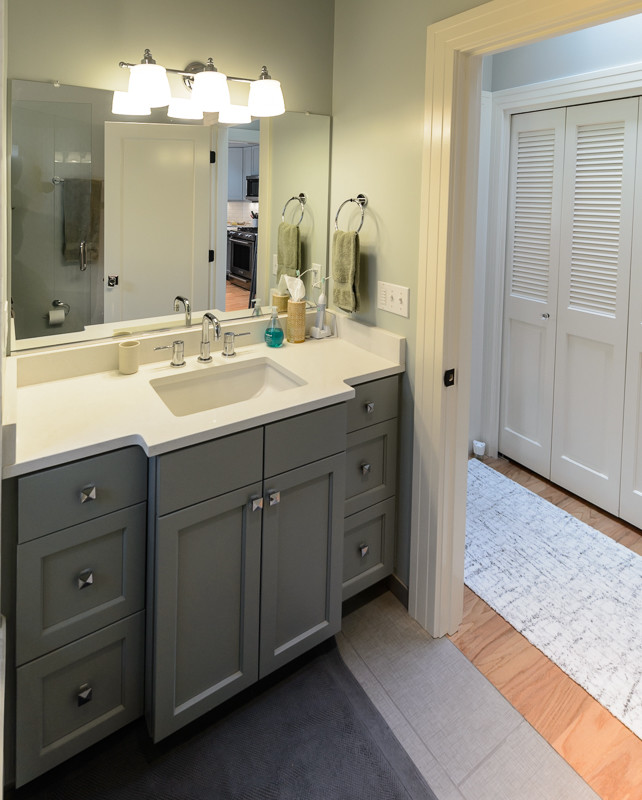 Small arts and crafts master ceramic floor alcove shower photo in Portland with shaker cabinets, gray cabinets, a two-piece toilet, green walls, an undermount sink and engineered quartz countertops