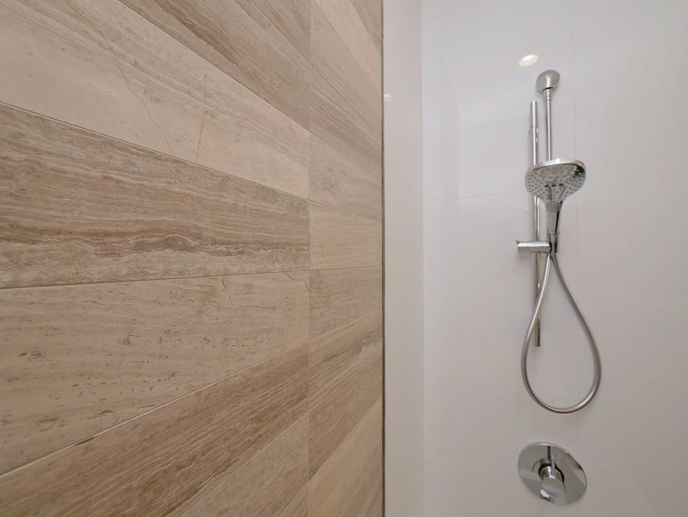 Foto de cuarto de baño principal, vintage, pequeño, con armarios con paneles lisos, puertas de armario de madera oscura, bañera encastrada, combinación de ducha y bañera, sanitario de pared, baldosas y/o azulejos blancas y negros, baldosas y/o azulejos de porcelana, paredes grises, suelo de baldosas de porcelana, lavabo bajoencimera y encimera de cuarzo compacto