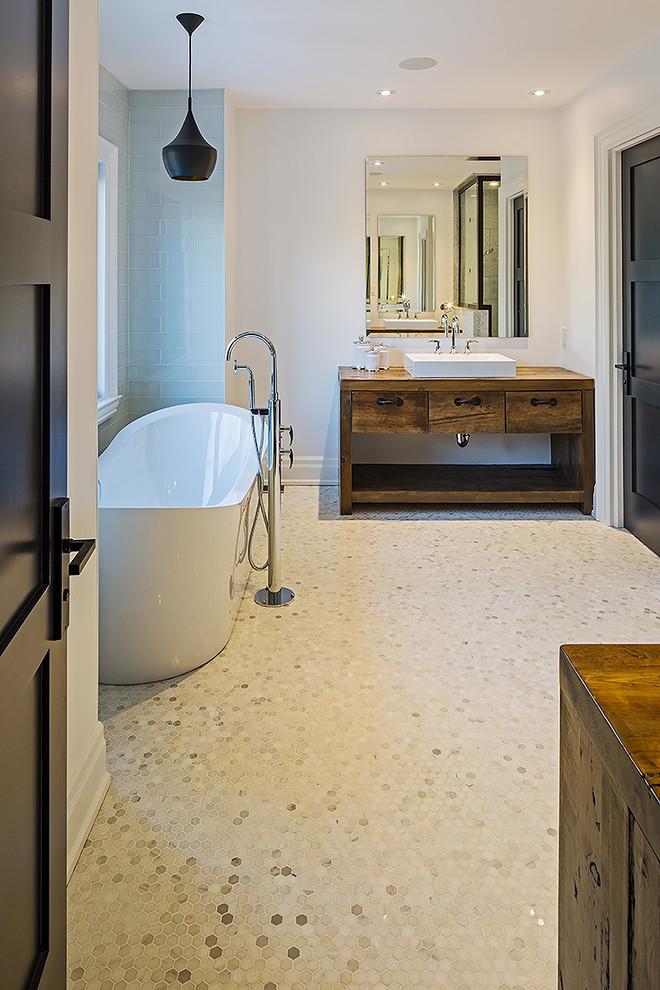 Esempio di una stanza da bagno design con lavabo a bacinella, nessun'anta, ante in legno bruno, top in legno, vasca freestanding, piastrelle blu e piastrelle di vetro