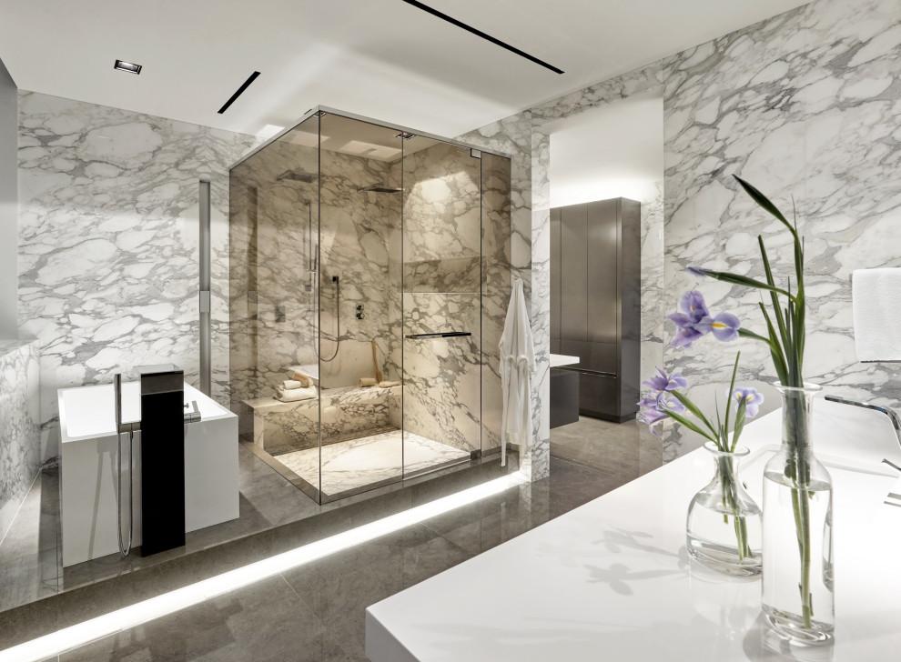 Idee per una stanza da bagno contemporanea con vasca freestanding, doccia ad angolo, piastrelle grigie, lavabo sottopiano, pavimento grigio, porta doccia a battente, top bianco, nicchia, panca da doccia e un lavabo