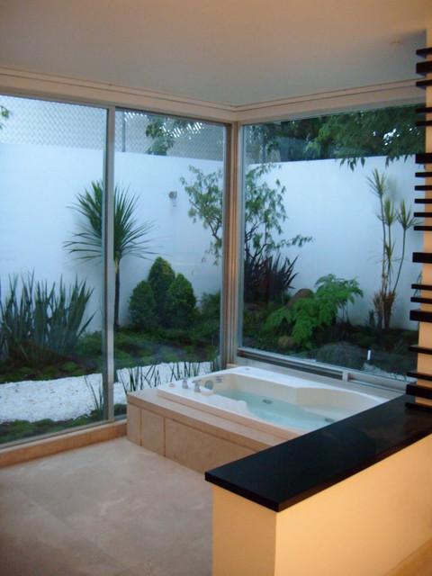 JARDIN DEL ARTE tropical-bathroom