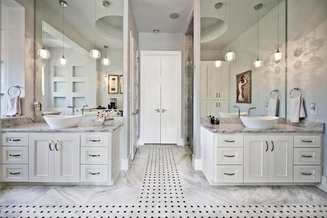 Ejemplo de cuarto de baño clásico renovado con lavabo sobreencimera, armarios con paneles empotrados, puertas de armario blancas, ducha empotrada y paredes grises