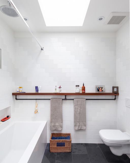 Ispirazione per una stanza da bagno industriale con vasca/doccia e piastrelle bianche