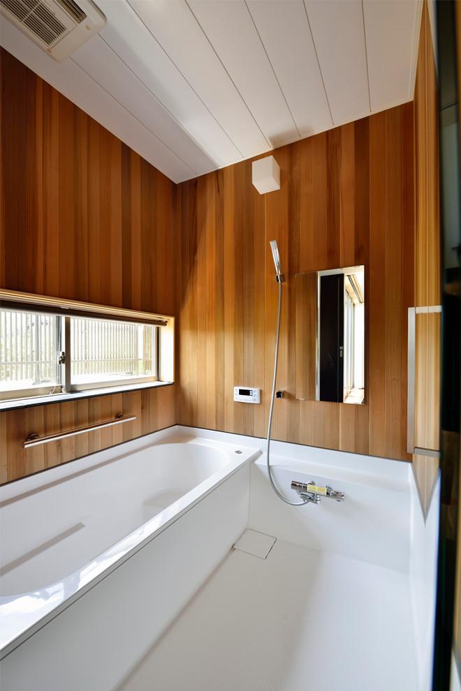名古屋のコンテンポラリースタイルのマスターバスルームの画像 (茶色い壁、アルコーブ型浴槽、洗い場付きシャワー、白い床、オープンシャワー)