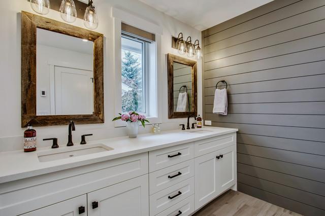 Immagine di una stanza da bagno country con ante con riquadro incassato, ante bianche, pareti grigie, lavabo sottopiano e pavimento beige