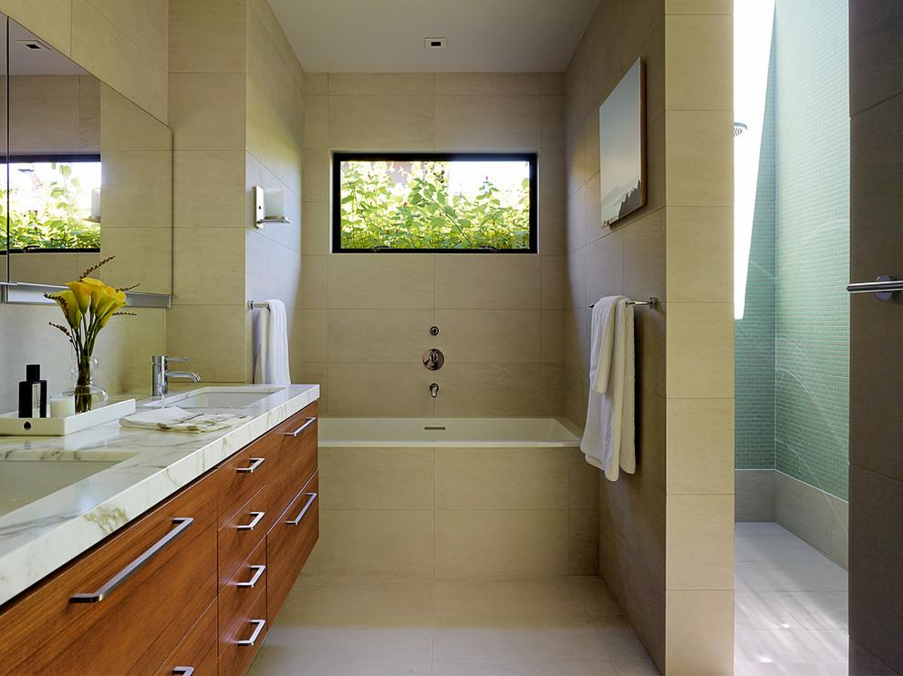 Ispirazione per una stanza da bagno padronale moderna di medie dimensioni con lavabo sottopiano, ante lisce, ante in legno scuro, top in marmo, doccia aperta, piastrelle verdi, piastrelle in gres porcellanato, pareti beige, pavimento in gres porcellanato e vasca da incasso