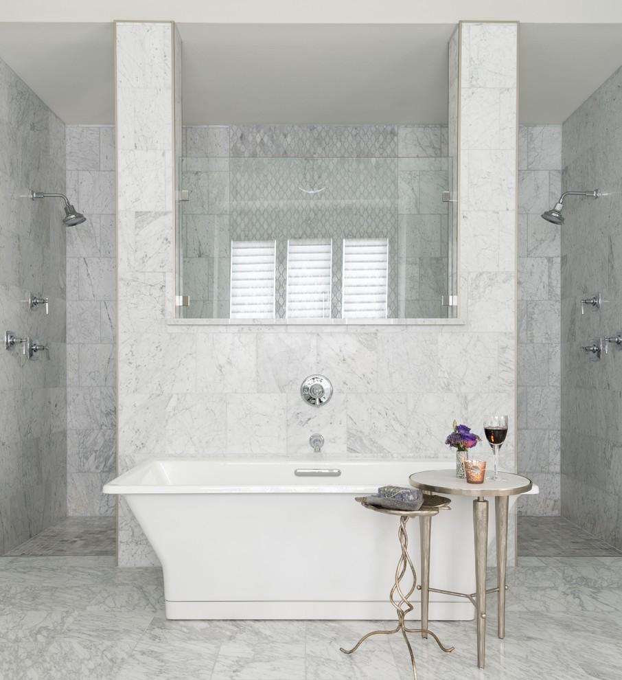 Foto de cuarto de baño principal, tradicional renovado, con armarios estilo shaker, puertas de armario blancas, bañera exenta, ducha doble, baldosas y/o azulejos grises, baldosas y/o azulejos de mármol, paredes grises, suelo de mármol, encimera de mármol, suelo gris y ducha abierta