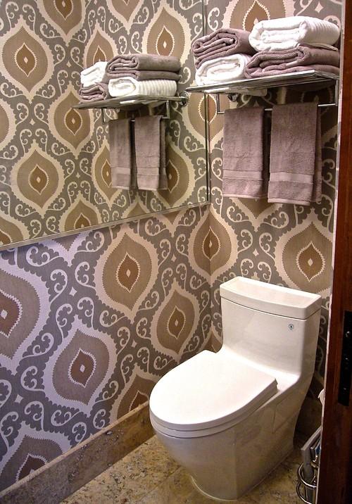 大きな柄の壁紙を使ったトイレ