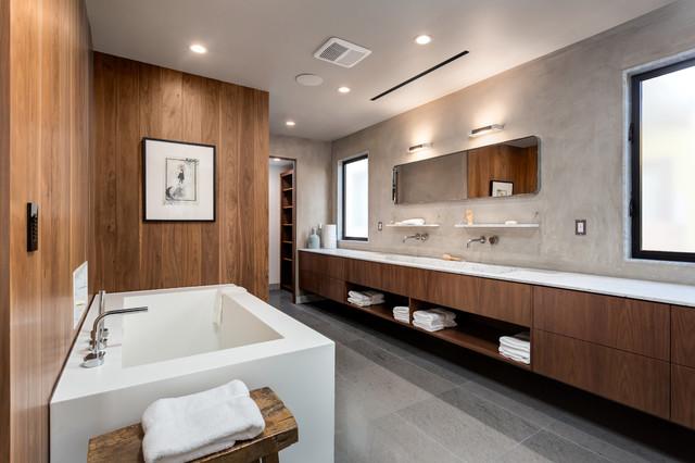 Idee per una grande stanza da bagno padronale design con ante lisce, ante in legno bruno, vasca freestanding, piastrelle grigie, pareti marroni, lavabo rettangolare, pavimento grigio, top grigio e pavimento in gres porcellanato
