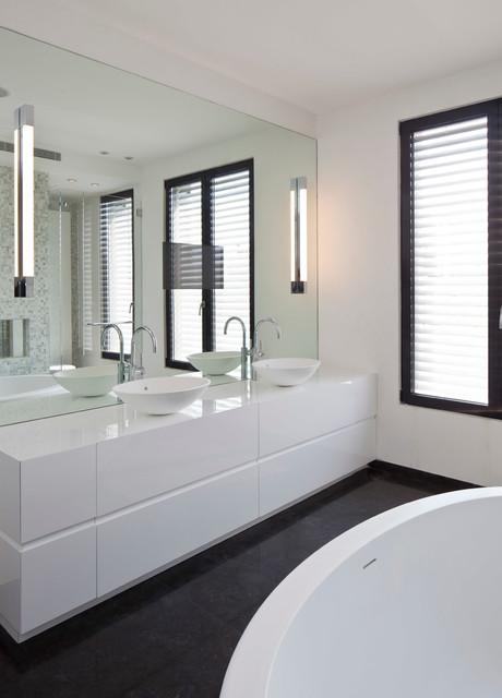 Idées déco pour une grande salle de bain principale moderne avec un placard en trompe-l'oeil, des portes de placard blanches, une baignoire indépendante, un WC suspendu, un carrelage multicolore, carrelage en mosaïque et un mur blanc.