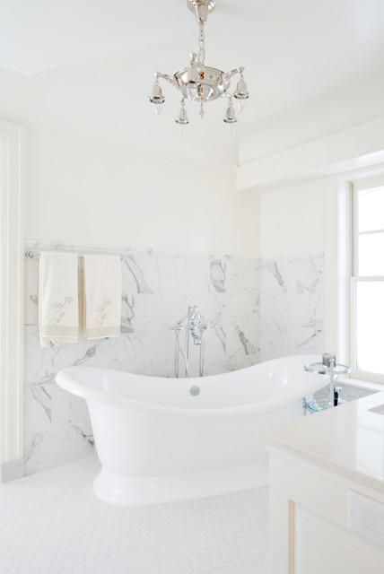 Mittelgroßes Klassisches Badezimmer En Suite mit verzierten Schränken, weißen Schränken, Marmor-Waschbecken/Waschtisch, freistehender Badewanne, Duschnische, weißen Fliesen, Porzellanfliesen, weißer Wandfarbe und Porzellan-Bodenfliesen in Kansas City