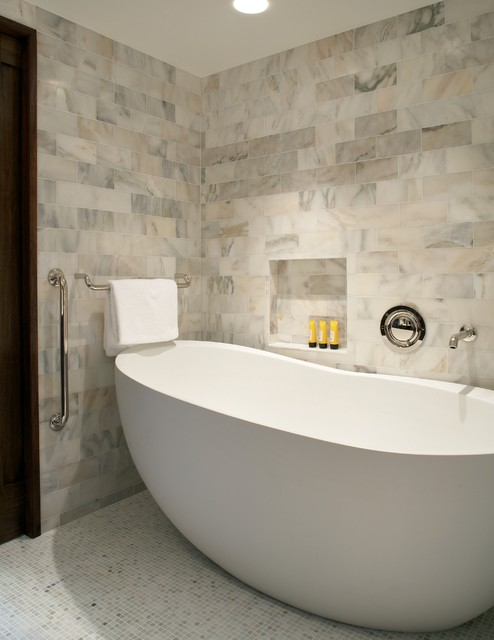 Marble master bathroom classique chic salle de bain - Salle de bain classique chic ...