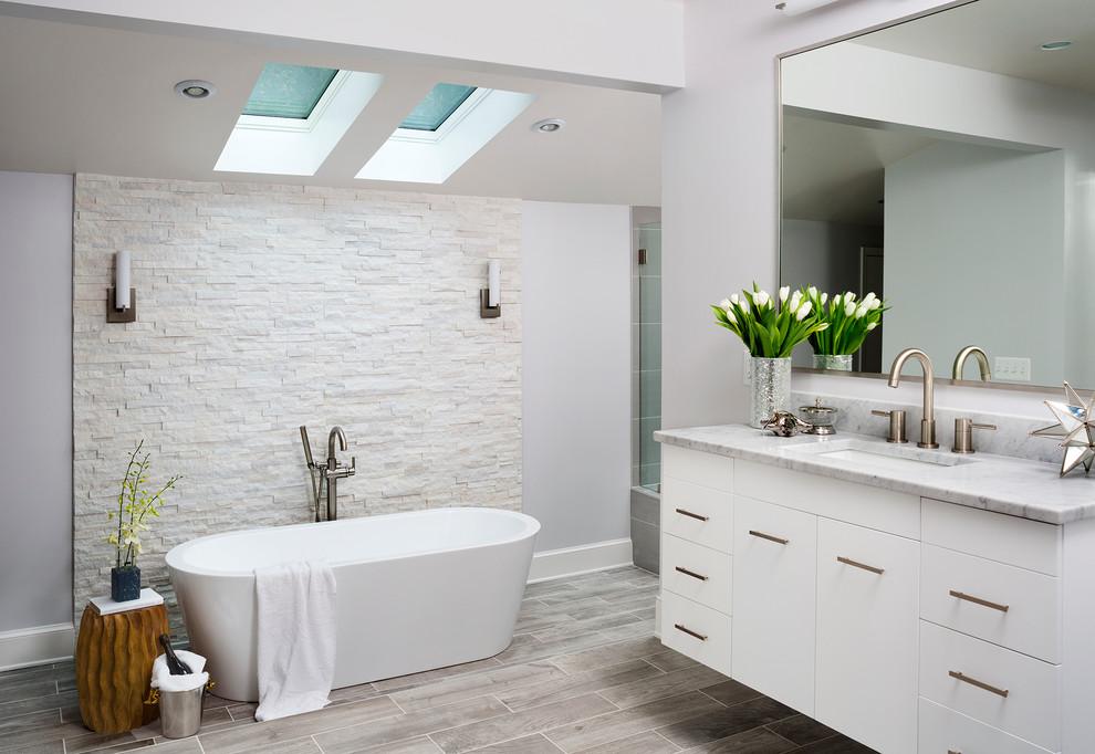 Imagen de cuarto de baño principal, tradicional renovado, grande, con paredes grises