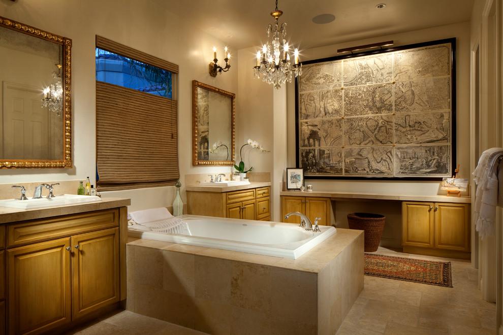 Modelo de cuarto de baño mediterráneo con lavabo encastrado, armarios con paneles con relieve, puertas de armario de madera oscura y bañera encastrada