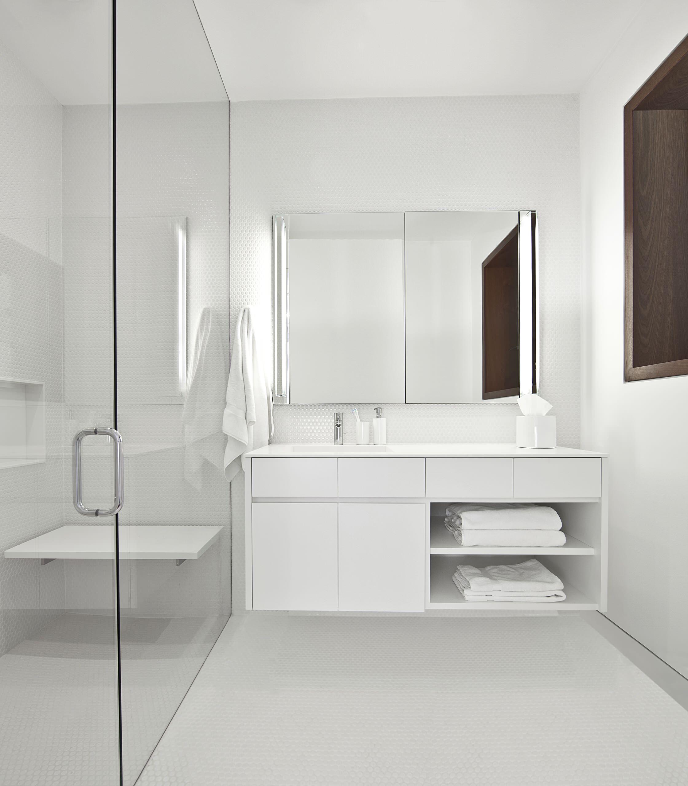 20 Experten Tipps für ein innenliegendes oder dunkles Bad