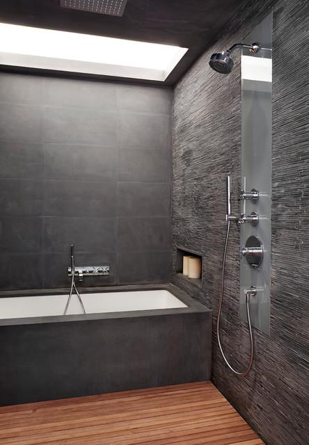Cette image montre une très grande salle de bain principale design avec une baignoire en alcôve, une douche ouverte, un carrelage gris, des carreaux en allumettes, un mur gris, un sol en bois brun et aucune cabine.