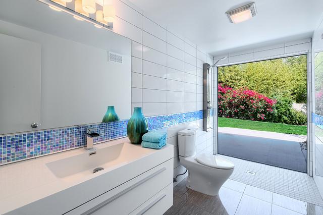 Ispirazione per una stanza da bagno minimalista con lavabo integrato