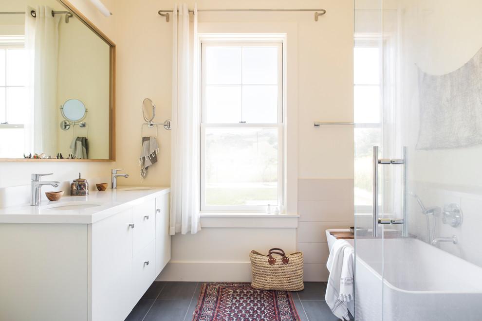 Esempio di una grande stanza da bagno padronale country con ante lisce, ante bianche, doccia ad angolo, pareti beige, pavimento in gres porcellanato, lavabo sottopiano, pavimento grigio e porta doccia a battente