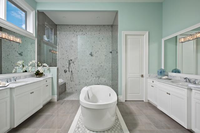 Diseño de cuarto de baño principal, tradicional renovado, grande, con armarios con paneles empotrados, puertas de armario blancas, bañera exenta, ducha doble, baldosas y/o azulejos grises, paredes verdes, ducha abierta y encimeras grises