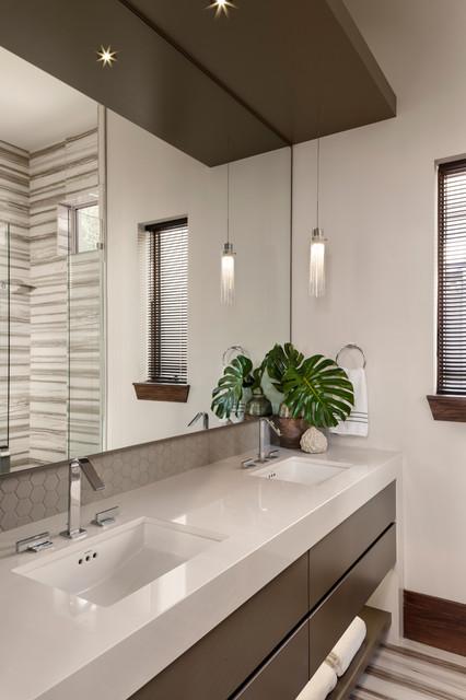 Foto de cuarto de baño principal, minimalista, de tamaño medio, con armarios con paneles lisos, puertas de armario marrones, ducha empotrada, paredes beige, lavabo bajoencimera, ducha con puerta con bisagras y encimeras beige