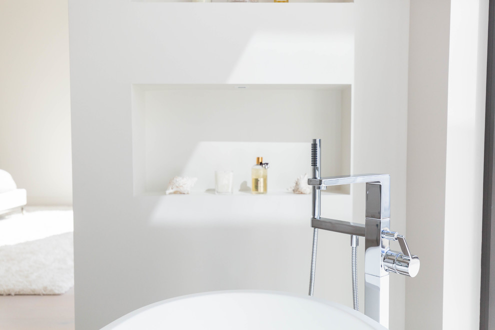 Example of a minimalist bathroom design in Seattle