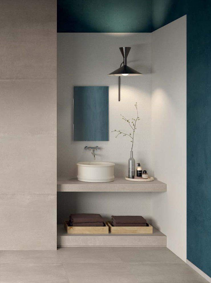 Modern white and grey bathroom with cement look tiles ...
