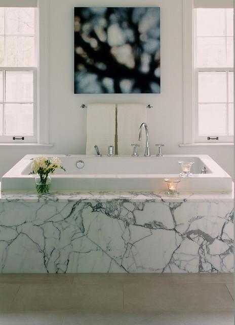 Diseño de cuarto de baño moderno con bañera encastrada, baldosas y/o azulejos blancos y baldosas y/o azulejos de mármol