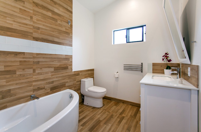 Modern wood panel bathroom modern bathroom los for Wood panelling bathroom ideas