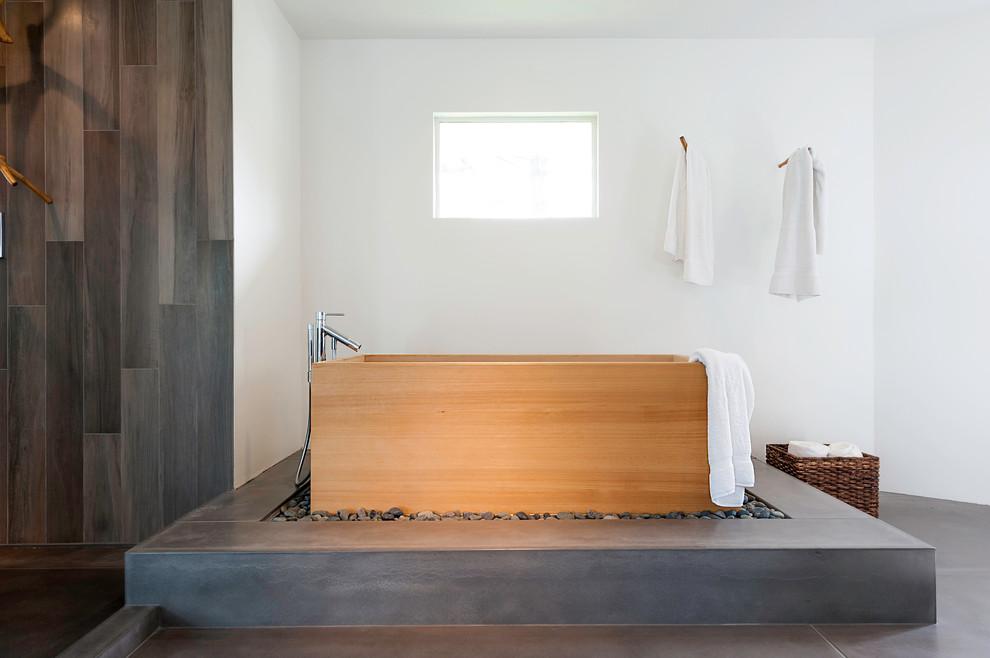 Idee per una grande stanza da bagno padronale minimalista con vasca giapponese, pareti bianche, piastrelle grigie, pavimento in ardesia e doccia aperta