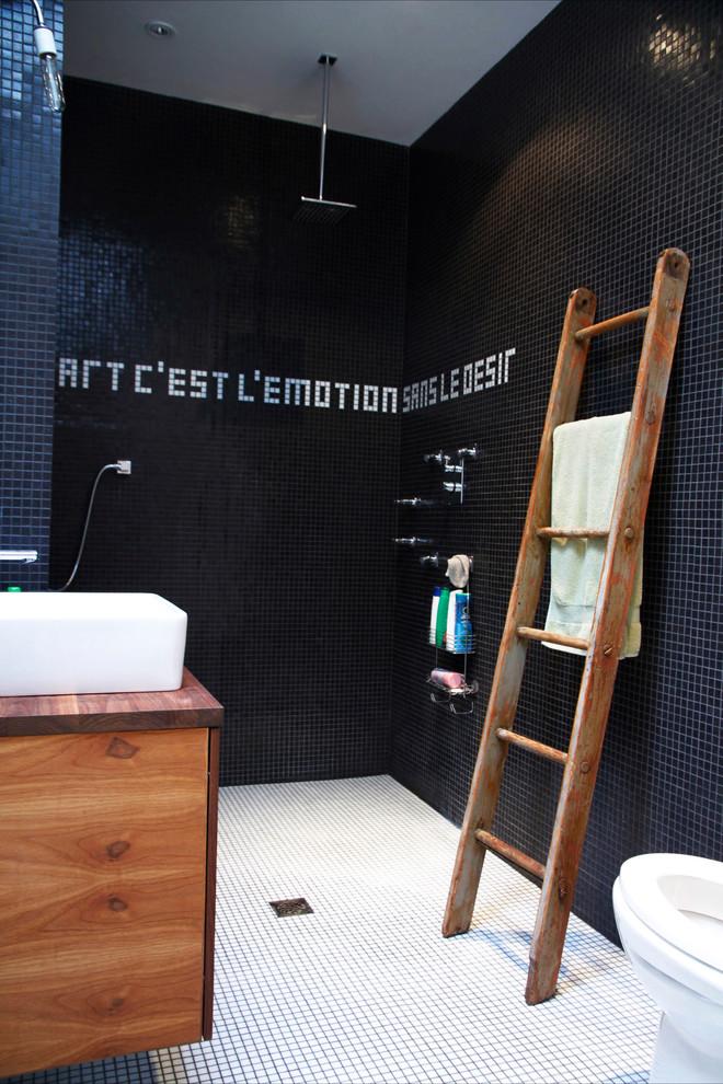 Immagine di una stanza da bagno industriale con doccia aperta, piastrelle a mosaico e doccia aperta