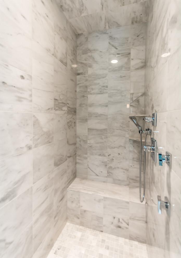 Diseño de cuarto de baño contemporáneo con ducha empotrada, baldosas y/o azulejos grises, baldosas y/o azulejos multicolor, baldosas y/o azulejos blancos, baldosas y/o azulejos de mármol y suelo de mármol